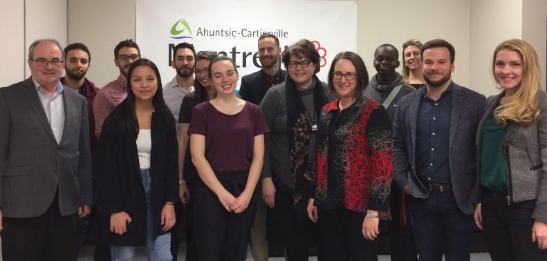 Les membres du conseil jeunesse d'Ahuntsic-Cartierville entourés des élus et des membres du personnel du développement social