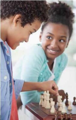 Photo de deux enfants qui jouent aux échecs