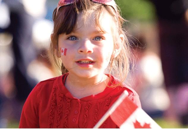 Photo d'une fillette arborant le drapeau du Canada