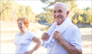 Photo d'un coupe de personnes aînés en tenue sportive