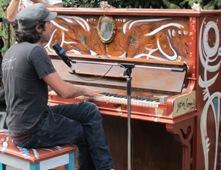 Inauguration du projet Piano des villes, piano des champs avec Patrick Watson